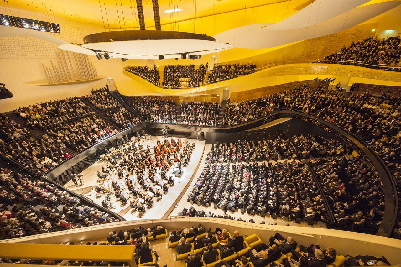 Le Monde – La Philharmonie orchestre avec maestria sa partition